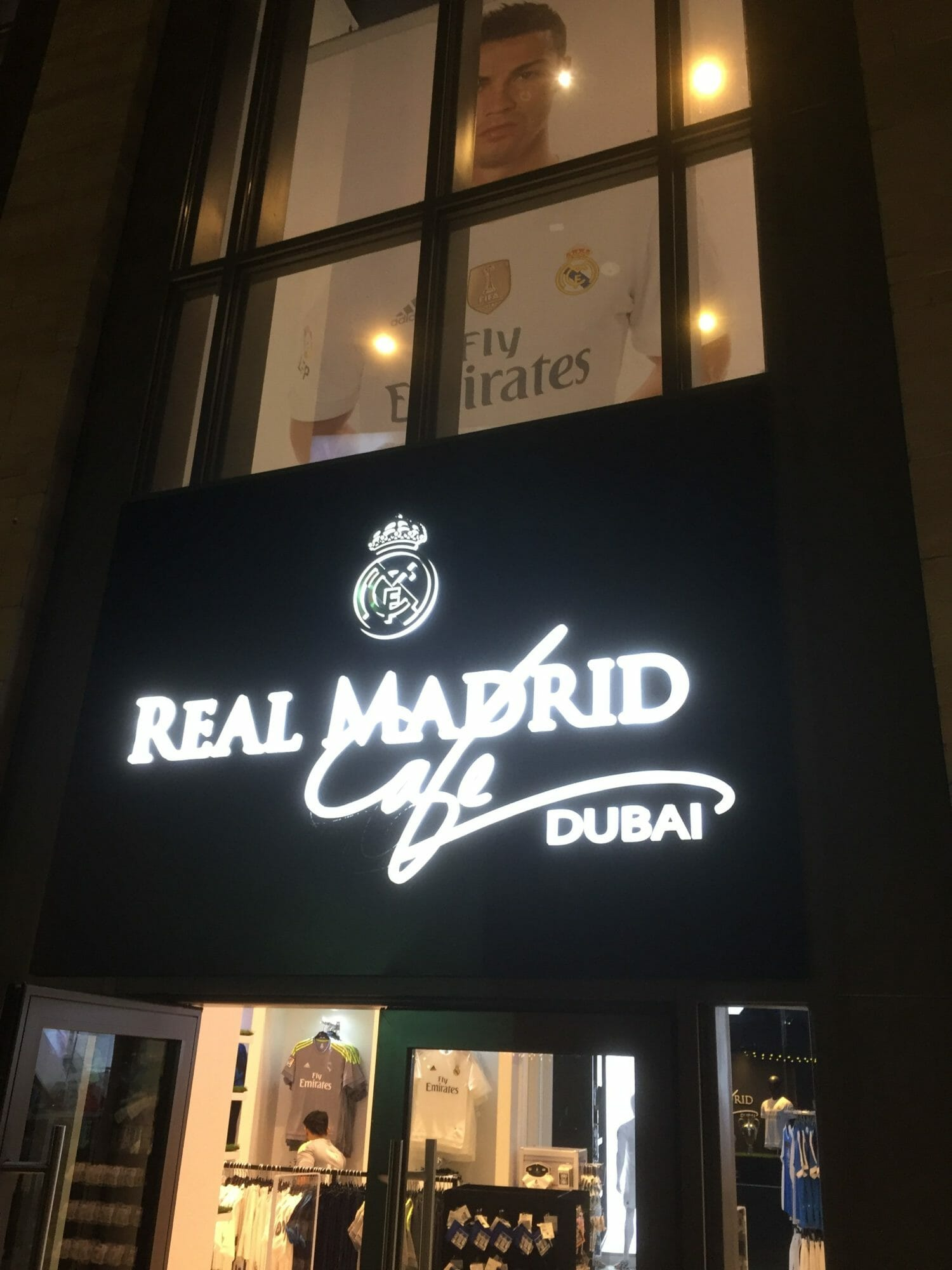 low priced 68180 724ff Dit is retailtainment de real Madrid Soccer Store een laag ...